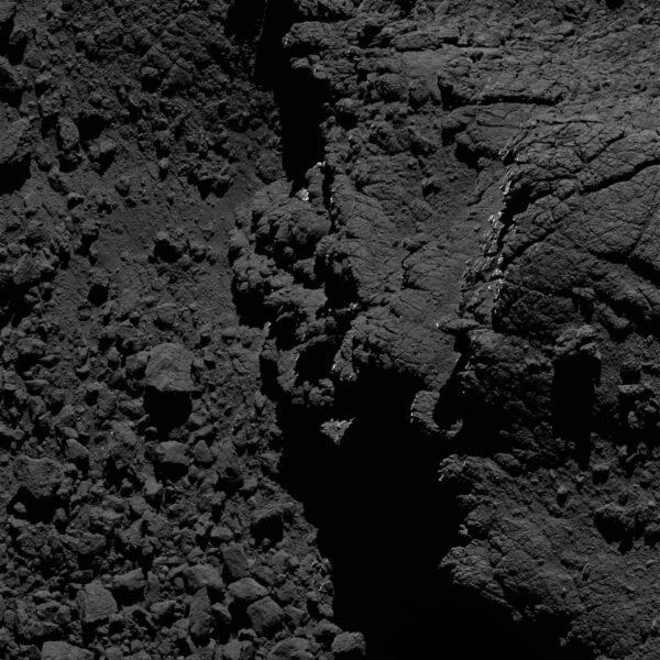 Snímek z kaemry OSIRIS pořízený 27. srpna 2016 ze vzdálenosti 2,6 km od povrchu. rozlišení je 7 cm/pixel