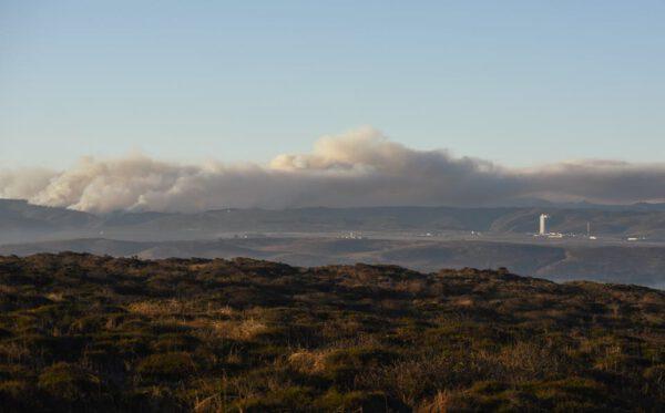 Nad Vandenbergovou základnou se vznáší oblak hustého kouře,.