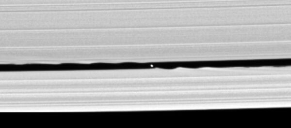 Měsíček S/2005 S1 (Daphnis) v Keelerově mezeře. Zdroj: NASA
