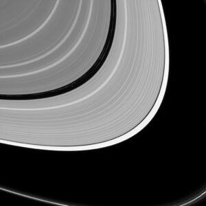 Měsíček Pan v Enckeho mezeře. Zdroj: NASA
