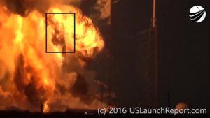 +7,5 s - Konstrukce rakety je již kompletně zhroucená, na horní části sklopné konstrukce ale stále zůstává zachycený aerodynamický kryt