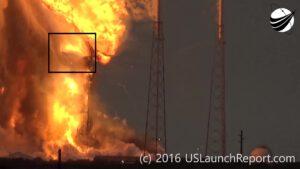 +9,1 s - Aerodynamický kryt se překlápí a padá z výšky zhruba 58 metrů na hořící rampu