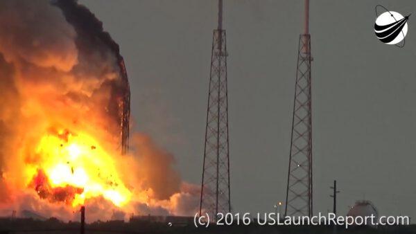 +14 s - Exploze odmršťuje do okolí úlomky satelitu a aerodynamického krytu. Načervenalý oblak je tvořený toxickým palivem družice