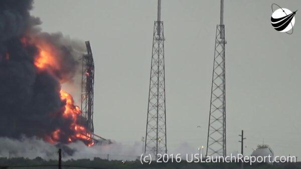 +60,0 s - Plameny a kouř ustupují stranou a ukazují zničenou zvedací konstrukci. Stovky tun paliva ale hořely ještě několik minut