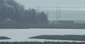 Sloup hustého černého dýmu stoupal 1. září z rampy 40 na Mysu Canaveral
