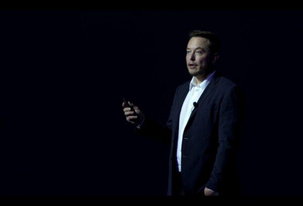 Elon Musk při prezentaci.