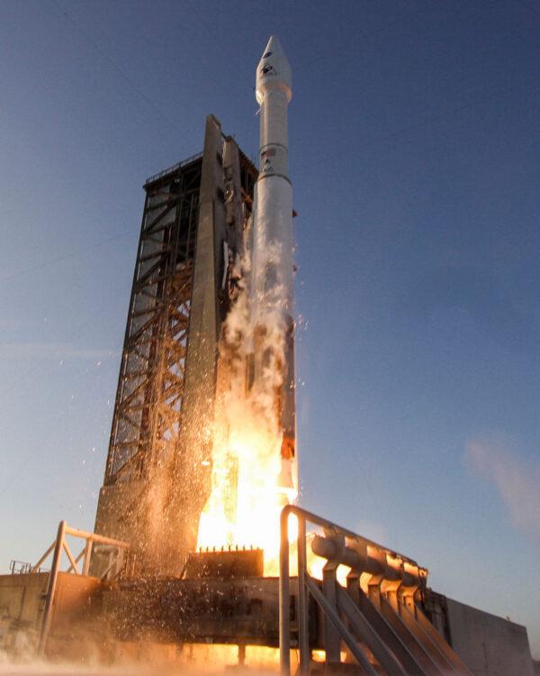 Majestátní Atlas V ve verzi 411 startuje z floridské rampy číslo 41