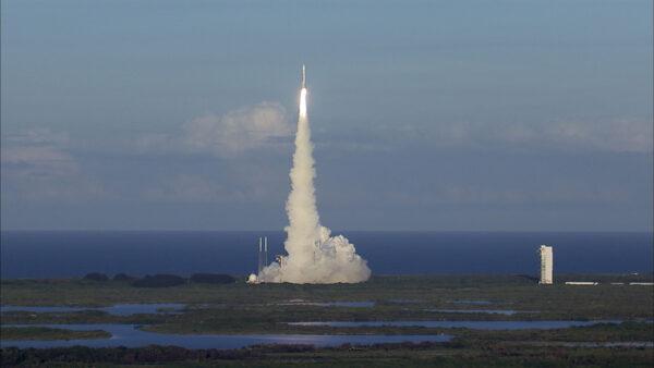 Snímek startu z větší vzdálenosti poskytuje celkový pohled