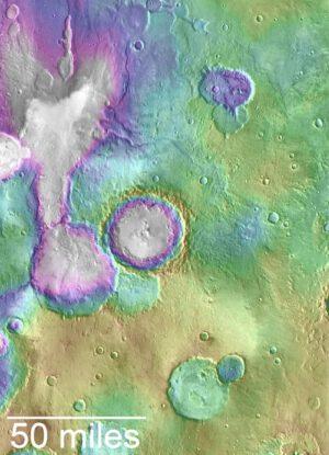 Mnohem mladší údolí, než jsou ty známé starověké, jsou patrné v blízkosti neformálně pojmenovaného jezera Haert Lake. Tato mapa ukazuje topografickou mapu oblasti, kde nižší polohy jsou označeny bíle a fialově, zatímco výšinné oblasti jsou žlutě.