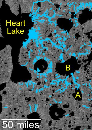 Tato mapa ukazuje studií prověřenou oblast Arabia Tetrra a zjednodušenou mapu jezer (černá barva) a údolí sezónních toků (modrá). Toky mají přehnanou šířku, aby byly lépe patrné.