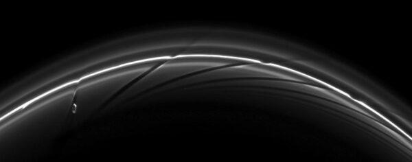 Prstenec F a vliv měsíčku Prometheus. Zdroj: NASA