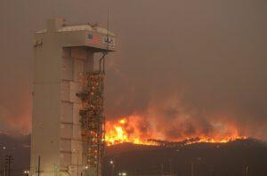 Rampa SLC-3E s požárem v pozadí