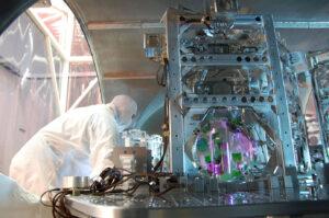 Část experimentálního zařízení LIGO se zrcadlem. Toto interferometrické zařízení detekuje gravitační vlny a pomůže najít černé díry vznikající splynutím kompaktních konečných stádií hvězd (zdroj LIGO).
