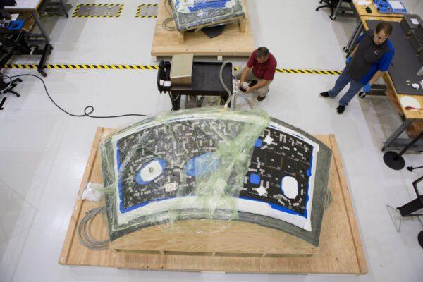 Lepení dlaždic tepelné ochrany na backshell panely Orionu, 8. července