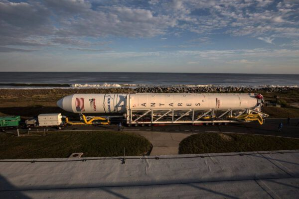 Raketa Antares při vývozu na startovní rampu