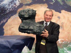 Klim Čurjumov s modelem jádra komety 67P-Čurjumov/Gerasimenko