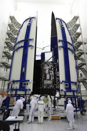 Uložení družice GOES-R pod aerodynamický kryt