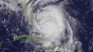 Hurikán Matthew pohledem družice GOES-East 6. října v 16:45 SELČ, kdy vítr dosahoval rychlosti 220 km/h