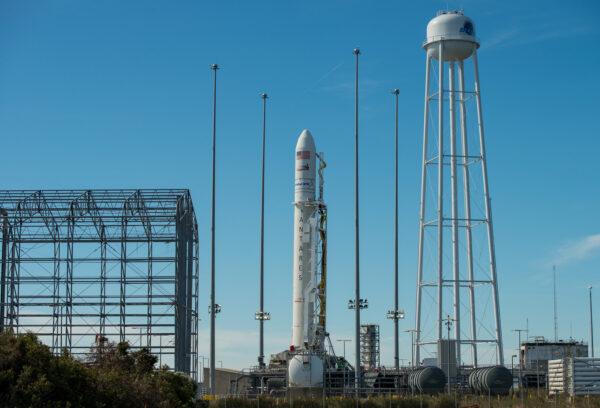 Po dvou letech stojí raketa Antares s lodí Cygnus opět na startovní rampě.