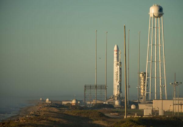 Antares na rampě kosmodromu MARS na ostrově Wallops