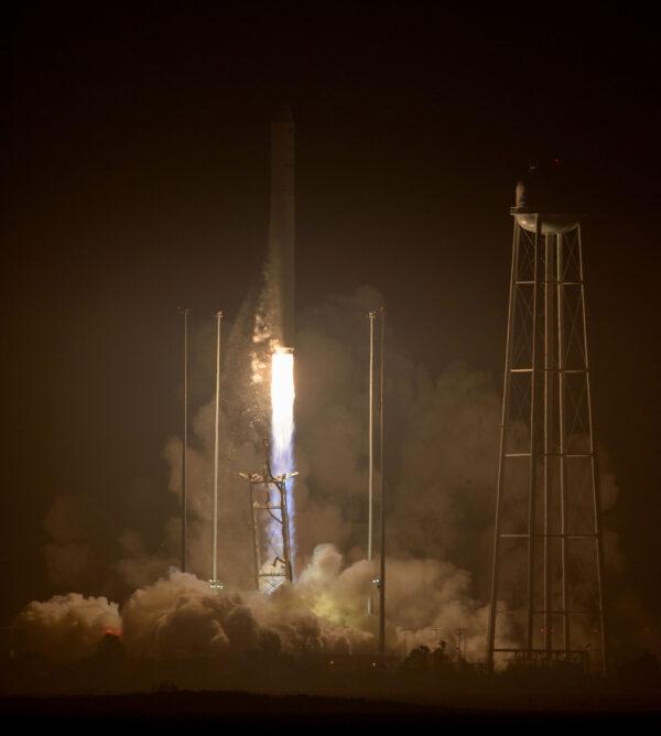 Raketa Antares stoupá na dvojici motorů RD-181