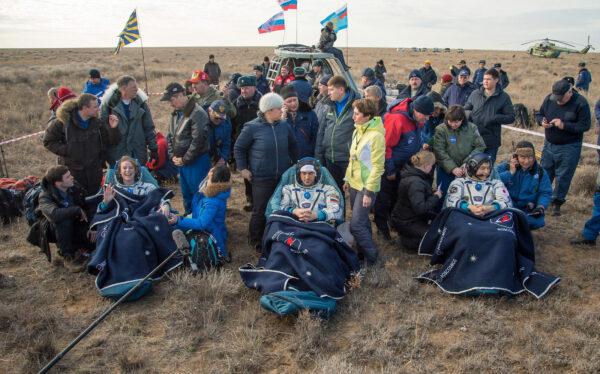 Posádka Sojuzu MS-1 po přistání. Zleva Rubins - Ivanišin - Óniši