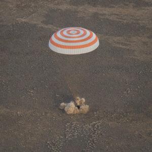 Okamžik dosednutí lodi Sojuz MS-1. Prach je zvířený od přistávacích motorů na tuhá paliva