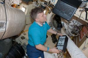 Andrej Borisenko během svého pobytu na ISS uvnitř modulu Poisk