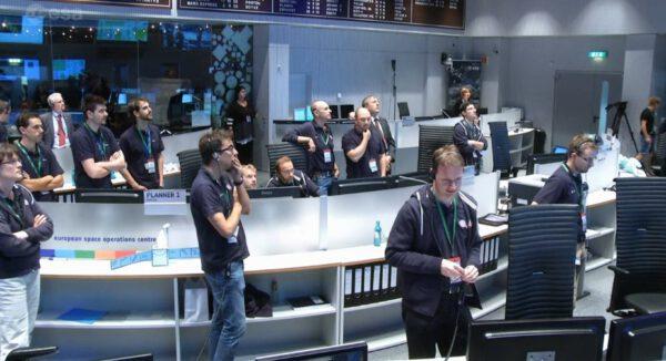 Rosetta dopadla na povrch. V řídicím středisku se loučí s dvanácti lety práce