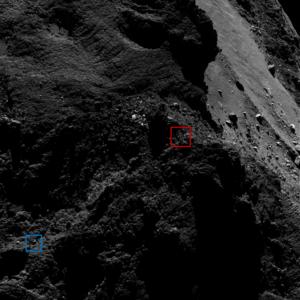 Na obrázku vidíme vyznačena místa tzv. modrého a červeného kandidáta. Snímek byl pořízen 9. března 2016 ze vzdálenosti 15 km od povrchu komety. Zdroj: ESA/Rosetta/MPS for OSIRIS Team MPS/UPD/LAM/IAA/SSO/INTA/UPM/DASP/IDA