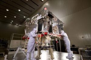 Snímek ze stavby OSIRIS-REx ukazuje vnitřní strukturu