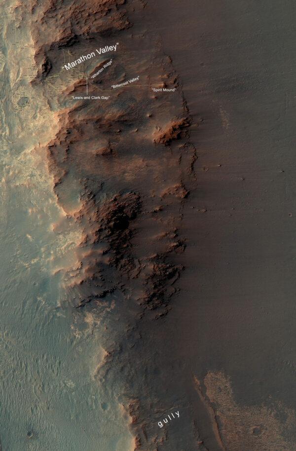 Snímek východního okraje kráteru Endeavour. V horní části vidíme místo, kde se Opportunity pohybuje, na jihu pak lokalitu se strouhou (gully)