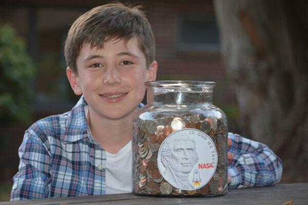 Stephen Cooley s částí drobných mincí, které pomohl nasbírat pro NASA.