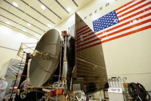 Krásná fotka s pěkným pohledem na vysokoziskovou anténu sondy OSIRIS-REx