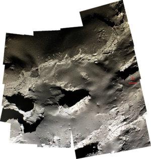 Z mozaiky snímků pořízených během sestupu sestavená mozaika s vyznačeným místem dopadu sondy