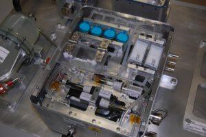 IVGEN, purifikační a směšovací zařízení pro přípravu nitrožilních tekutin, které jsou nutné ke zvládání celé řady život ohrožujících stavů. Zařízení, testované na ISS, bude mít své místo i ve vybavení astronautů na cestě na Mars. (NASA)