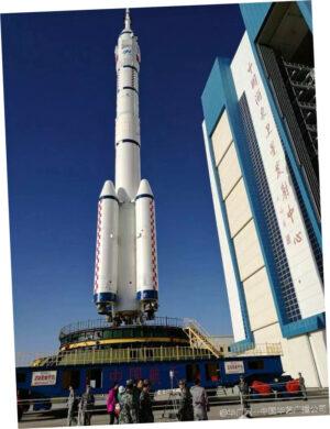 Vývoz rakety Dlouhý pochod 2F s lodí Šen-čou 11