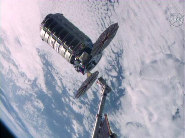 Cygnus opouští ISS na záběru NASA TV