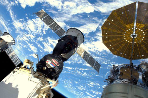 Pohled na náš Sojuz z Cupoly. No není nádherný? Pracoval perfektně, skvěle se o nás během dvou dnů postaral a dostal nás ze Země až k ISS.