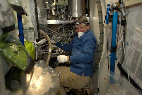 Jsem tu sotva 72 hodin a teď jsme skoro celý den strávili opravou kosmické toalety, ovšem Peggy udělala většinu práce! Baví mne, že vlastně parafrázujeme Teorii velkého třesku. ISS potřebuje hodně údržbářských prací. Tohle je důvod, proč jsme měli tak pestrý trénink: naše školení v kosmickém instalatérství jsme zúročili při opravě systému Waste and Hygiene Compartment, což je jedna z toalet, které máme k dispozici.