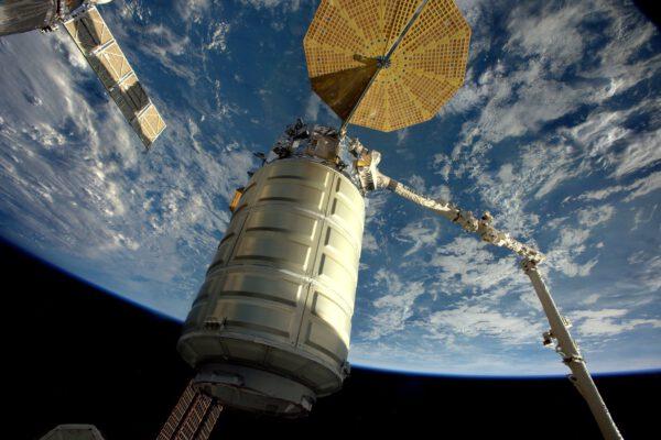 Díky, Cygnusi za všechen náklad, který jsi dovezl! Nyní je čas se rozloučit. Dnes ovládáme robotickou paži, abychom jej uvolnili od ISS.