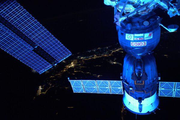 Sojuz a solární panely nad Středním východem. Stále se učím dělat noční fotky z výšky 400 kilometrů při rychlosti 28 000 km/h.