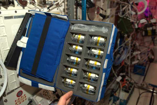 Dva dny v práci a dva nové experimenty od ESA! Aquapad usnadňuje analýzu vody jak na Zemi, tak i u nás. Většina vody na ISS je recyklovaná, je proto důležité ujistit se, že je bezpečné ji pít. Aquapad zjednodušuje celý diagnostický proces a navíc šetří čas. Na Zemi se takový proces hodí v oblastech, kde je přístup k vodě komplikovaný, třeba v místech přírodních katastrof.