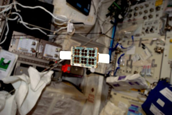 """První den naší mise Proxima a už tu máme jeden z prvních experimentů. MATISS zkouší ve vesmíru nový """"chytrý povrch""""."""