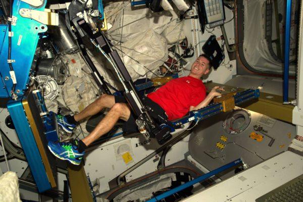 Velitel ISS, Shane Kimbrough, nás přivítal na stanici a učí nás, jak se tu žije a cvičí! Každý den trávíme dvě hodiny udržováním se v kondici, abychom kompenzovali efekty života ve stavu beztíže.