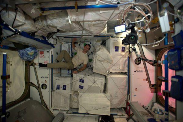 Úklid na oběžné dráze nebývá vždy jednoduchý. Ale aspoň můžeme využívat všeho, co ISS nabízí. Balíky standardizovaných velikostí drží na místě díky pružným lanům, která zabraňují tomu, aby balíky poletovaly po stanici.