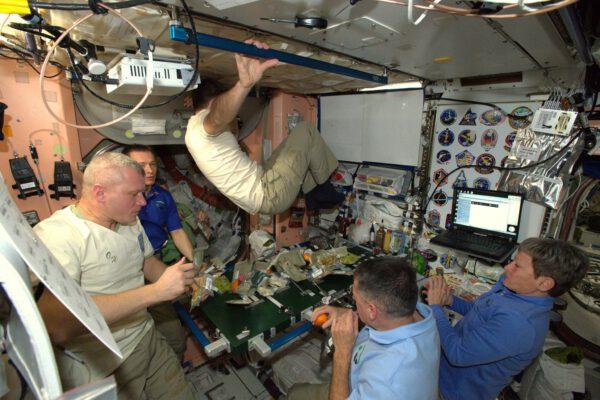 Jedna z mnoha výhod života na ISS.:Na své místo u stolu se dostanete dobře propočítaným skokem.