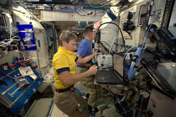 Staráme se tu o zdraví: Shane (Kimbrough – pozn. aut.) a Peggy Whitson z NASA prozkoumávají v modulu Node 2 oči