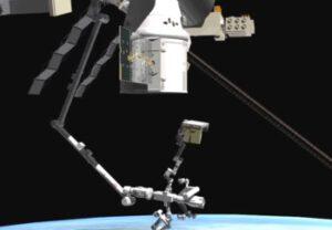 Vykládka nákladu z trunku lodi Dragon pomocí staniční robotické paže