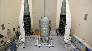 Ukládání lodi Cygnus do aerodynamického krytu rakety Atlas V.